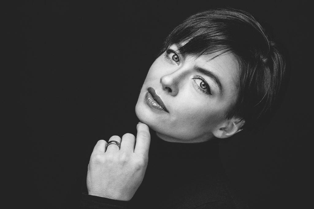 Nadine Headshot Schwarzweiß